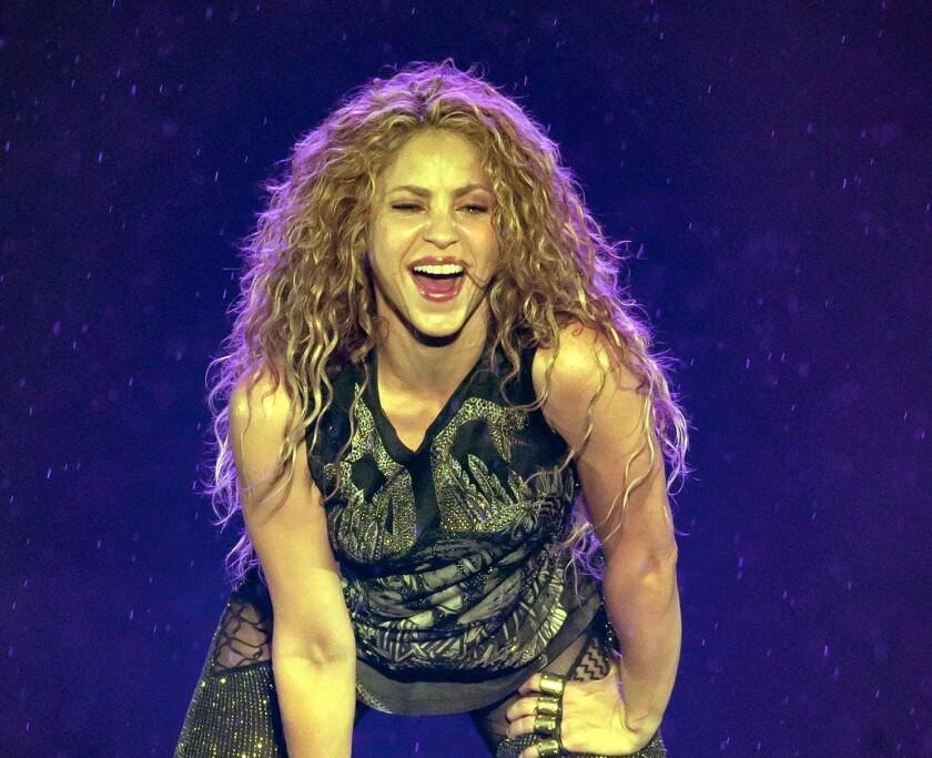 La cantante colombiana Shakira se lució en el escenario, pese a que la lluvia fue persistente durante casi todo el show.