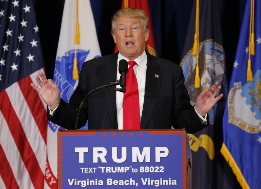 Donald Trump, aspirante a la nominación presidencial del Partido Republicano, habla durante un acto de campaña en Virginia Beach, Virginia. (AP Foto/Steve Helber)