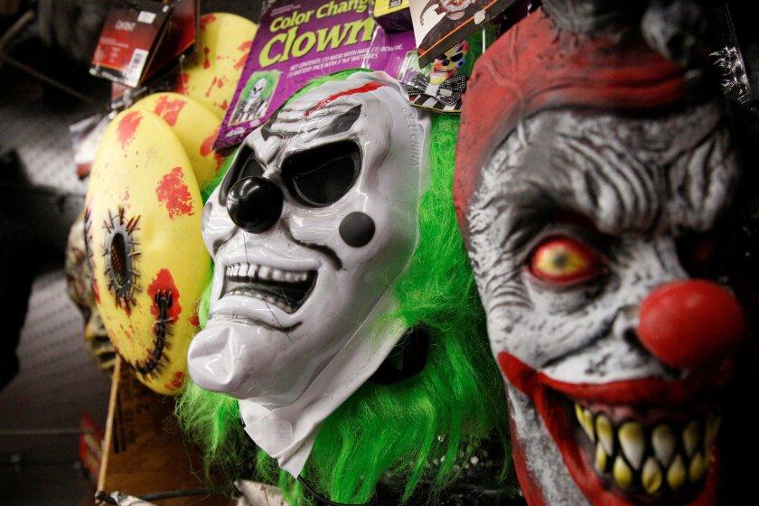 Las máscaras de payaso espeluznante se muestran en una tienda de Halloween en el barrio de Brooklyn en Nueva York.