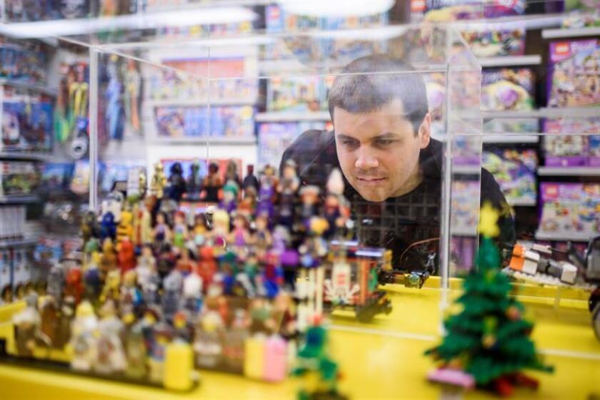 """Comportamientos antisociales y conductas poco afectivas son algunas características del Síndrome de Asperger, que en al menos 20 % de los casos no se llega a diagnosticar por la complejidad de sus síntomas, por lo que es considerada una """"discapacidad invisible"""". Bence Banfi, quien vive con el Síndrome de Asperger vista una tienda de Lego en Budapest, Hungría. EFE/EPA/ARCHIVO NO USAR EN HUNGRÍA"""