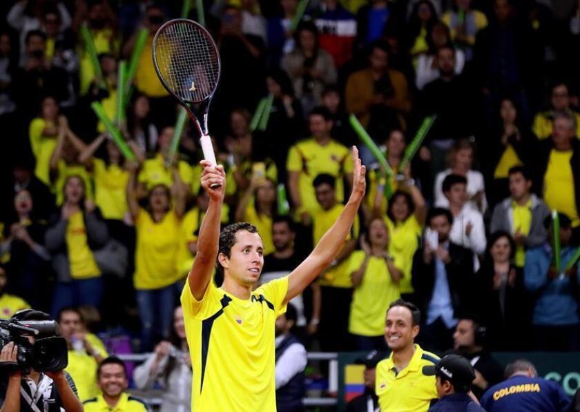 El colombiano Daniel Galán celebra al vencer al Mikael Ymer en un juego de la primera fase del Grupo Mundial de la Copa Davis este viernes, en Bogotá (Colombia). EFE
