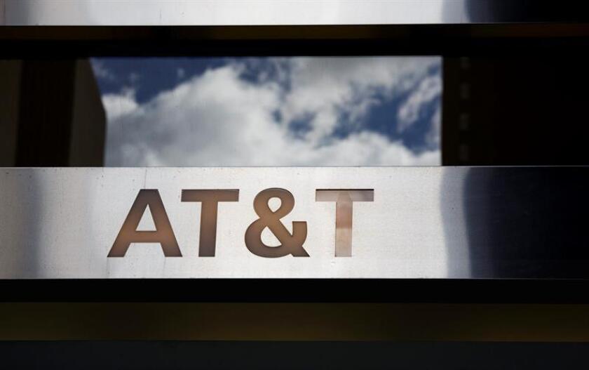 Vista del logo de la firma AT&T en una de sus tiendas en Nueva York, Estados Unidos. EFE/Archivo