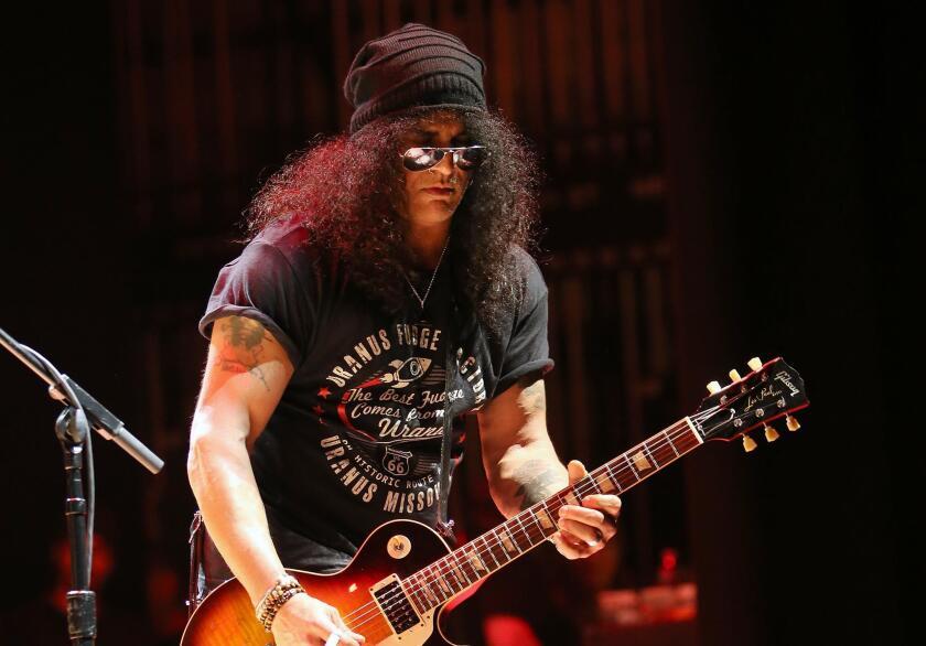 """El guitarrista Slash y dos integrantes adicionales de la legendaria banda asistieron a una funcion regular de """"Bohemian Rhapsody"""" en tierras aztecas."""