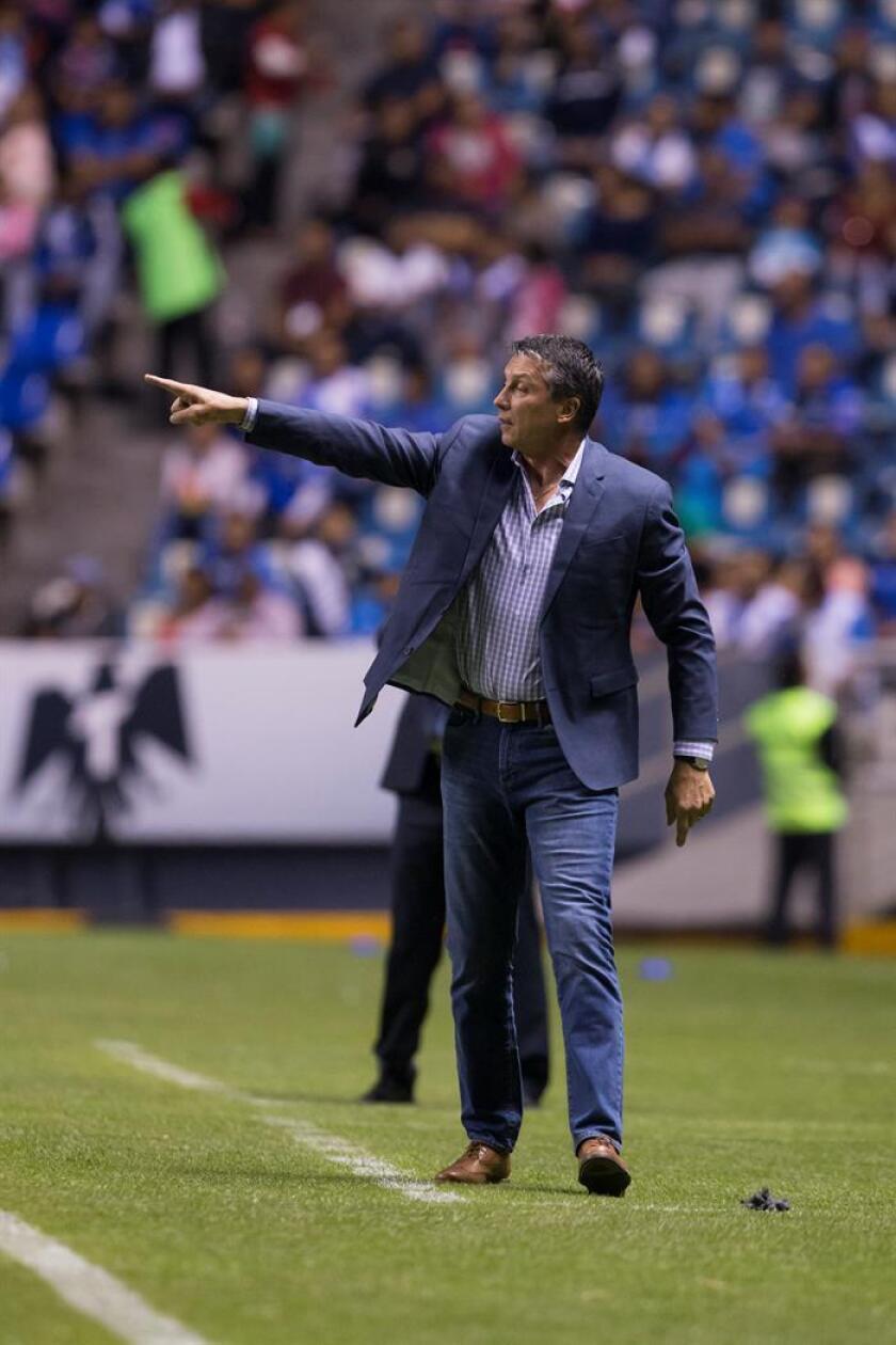 El entrenador de Santos, Robert Dante Siboldi, da instrucciones a sus jugadores. EFE/Archivo