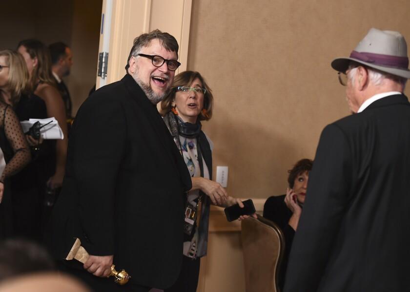 """En la sala de prensa de los Globos de Oro, Guillermo del Toro muestra su felicidad por el Globo de Oro que le fue otorgado gracias a """"The Shape of Water""""."""