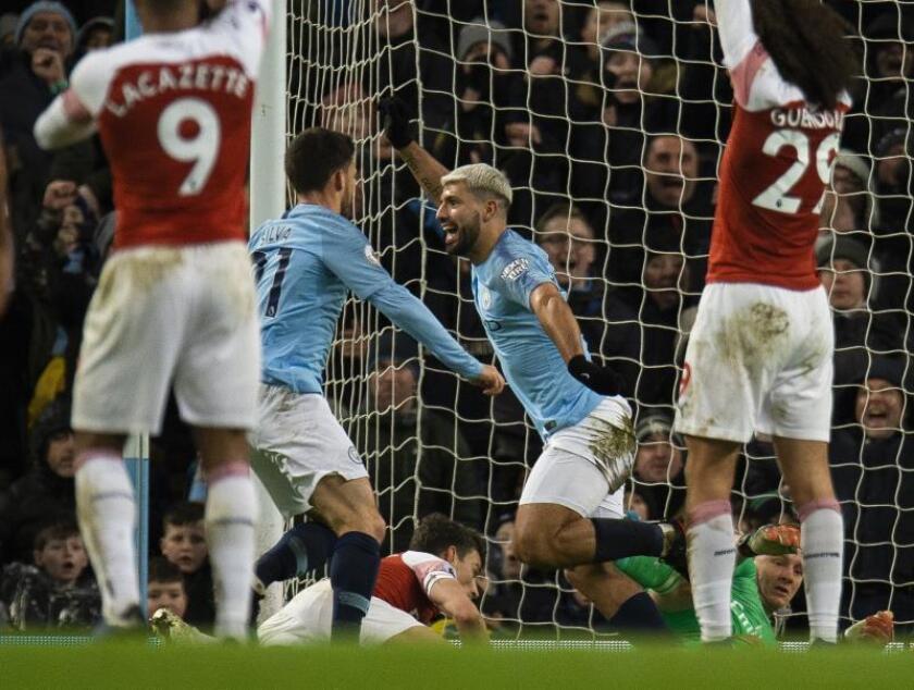 El delantero argentino del Manchester City Sergio Aguero (C) celebra el tercer gol de su equipo ante el Arsenal FC en el Etihad Stadium en Manchester, Reino Unido. EFE/EPA