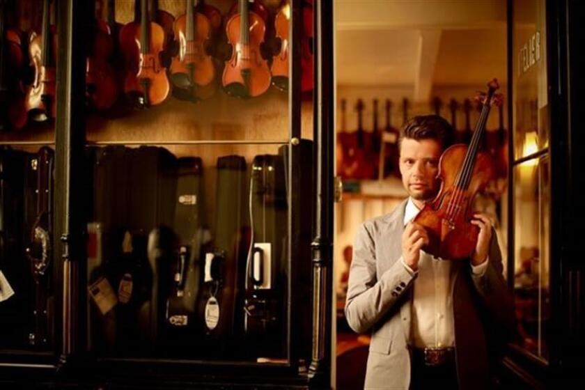 """Imagen del violinista lituano Julian Rachlin, quien a través del concierto número 5 para violín de Wolfang Amadeus Mozart compartirá hoy en un mismo escenario de Miami con el estadounidense pionero del videoarte Bill Viola, el bailarín español Jesús Pastor y la orquesta PhilarMIA. """"Es un espectáculo bastante único"""", dice a Efe Pablo Mielgo, director artístico de """"Viola Meets Mozart"""" (Viola se encuentra con Mozart), uno de los eventos de la Semana de Arte de Miami (Miami Art Week), cuyo centro es la feria Art Basel. Unas 1.500 personas están invitadas al espectáculo que tendrá lugar esta noche en el barrio de Wynwood, el más artístico y creativo de Miami. Mielgo explica que el escenario tiene tres partes bien diferenciadas y está pensado para que el espectador pueda ver lo que ocurre en"""