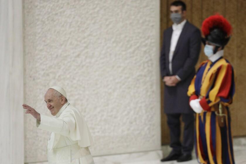El papa Francisco saluda al final de su audiencia general semanal en la sala Pablo VI del Vaticano