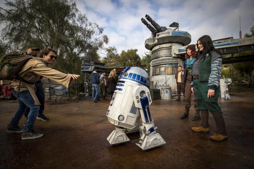 R2-D2 y los empleados de Disneylandia en el parque antes del cierre de la pandemia.