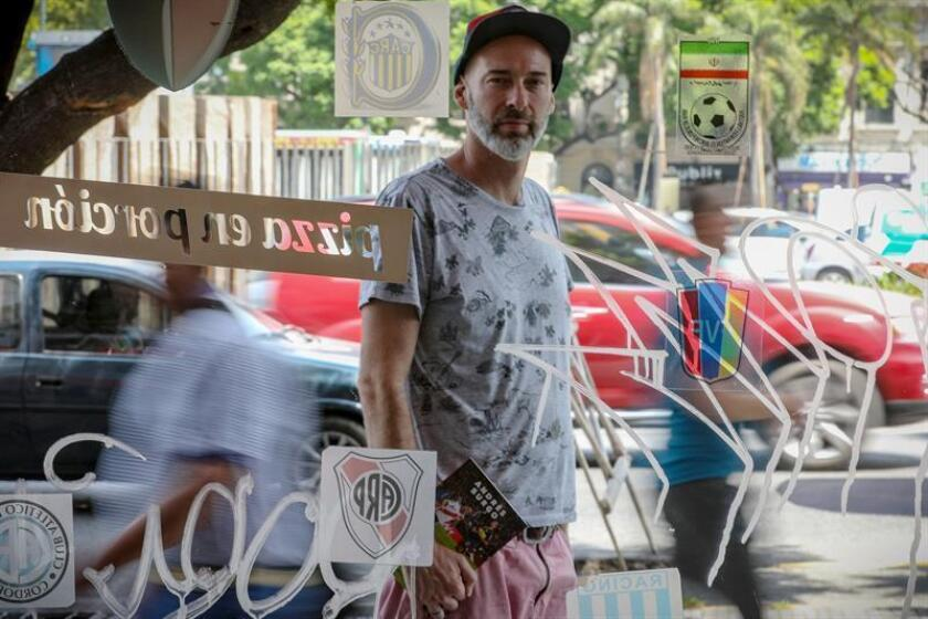 El periodista deportivo Andrés Burgo, autor del libro sobre la final de la copa libertadores entre River y Boca, posa en entrevista con Efe este jueves, en Buenos Aires (Argentina). EFE