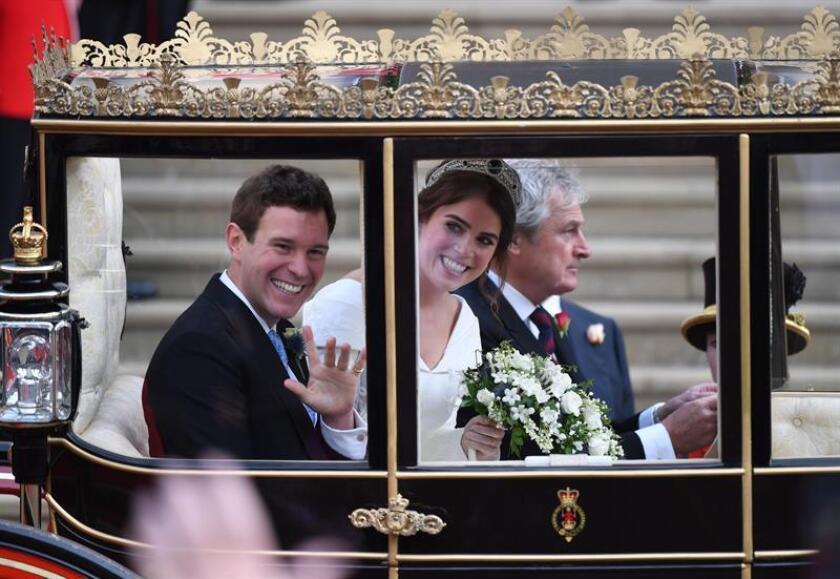 La princesa Eugenia (c) y su marido Jack Brooksbank (i) abandonan en un carruaje la capilla de San Jorge en Windsor (Reino Unido) tras su enlace el pasado 12 de octubre de 2018. EFE