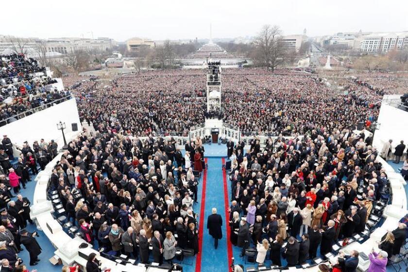 Fotografía del pasado 20 de enero de 2017, donde se observa al presidente de EEUU, Donald Trump (c), llegando al Capitolio para ser investido como el 45? presidente de los Estados Unidos en Washington DC (EE.UU.). EFE/Archivo