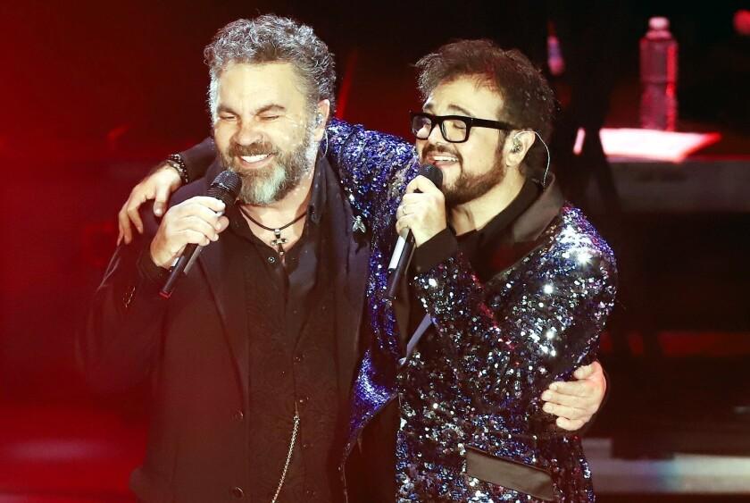 Manuel Mijares (izq.) también hizo acto de presencia en el concierto de Aleks Syntek.