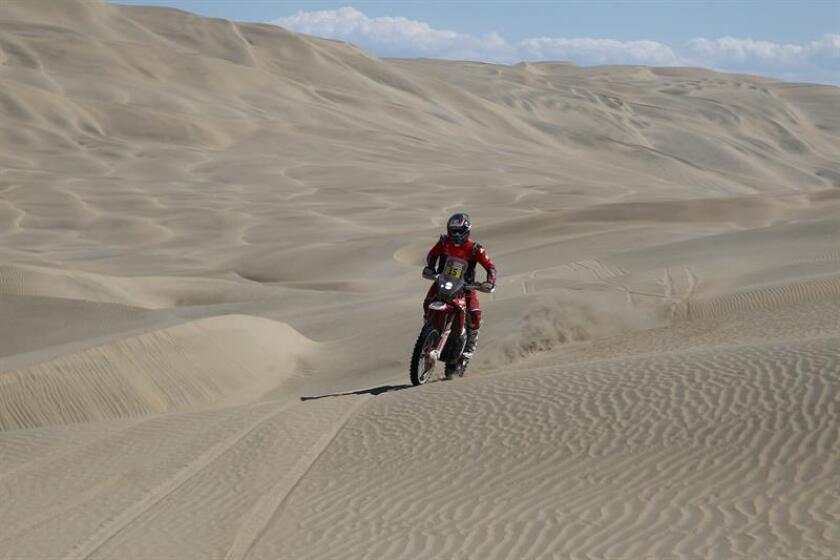 El estadounidense Ricky Brabec compite en su moto Honda durante la séptima etapa del Rally Dakar 2019. EFE