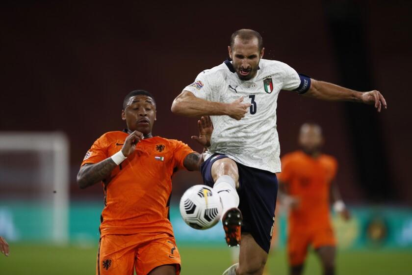 Giorgio Chiellini (3) rechaza un balón durante un partido entre Italia y Holanda en Ámsterdam el 7 de septiembre del 2020. (AP Photo/Peter Dejong, File)