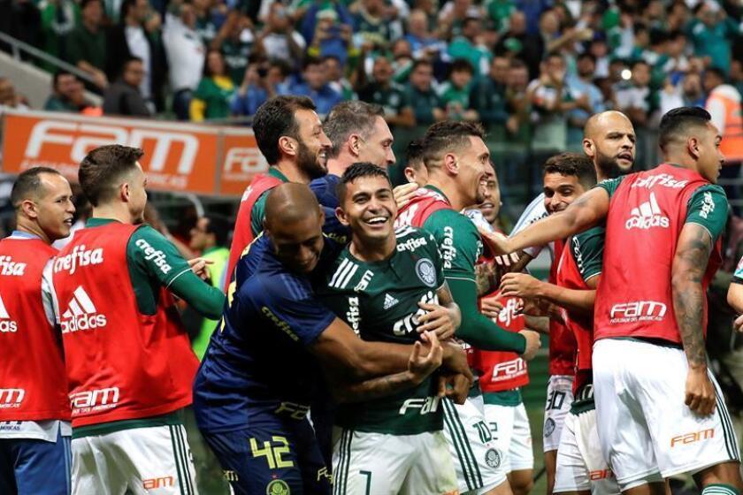 Dudu (c) de Palmeiras celebra un gol con sus compañeros ante América Mineiro, este miércoles 21 de noviembre de 2018, en el partido del Campeonato Brasileño, en el estadio Allianz Parque de Sao Paulo (Brasil). EFE
