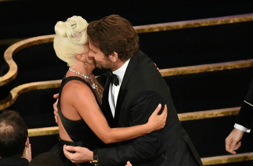 Lady Gaga y Bradley en el escenario del Oscar durante el pasado domingo.