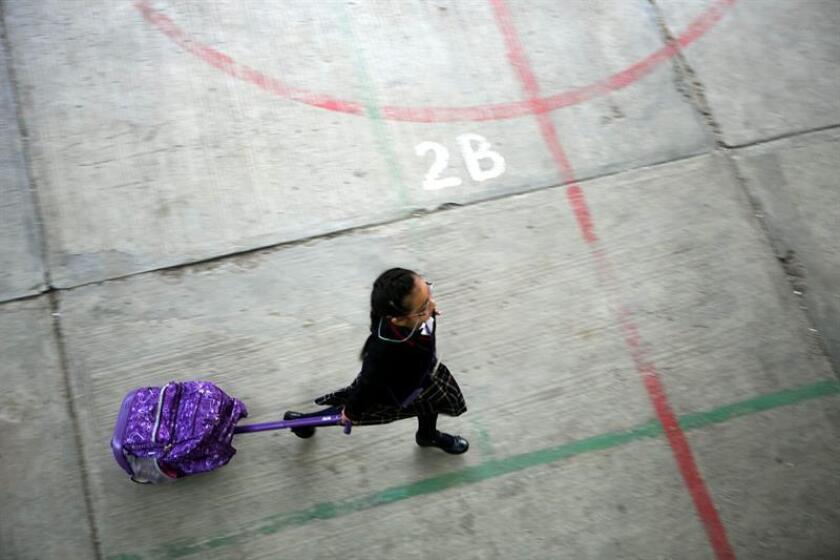 """Vista de una estudiante que camina en el patio de una escuela. Siete de cada diez niños y niñas sufren algún tipo de acoso escolar en México, mientras crece el """"ciberbullying"""" u hostigamiento por internet, detalló hoy un reporte de la Cámara de Diputados. EFE/Archivo"""