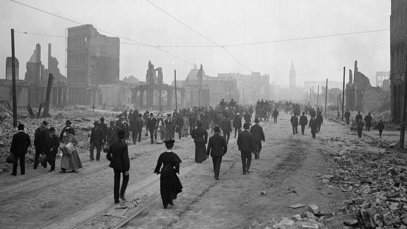 La gente camina hacia el Ferry Building en Market Street, después del terremoto de 1906 en San Francisco (Biblioteca del Congreso).