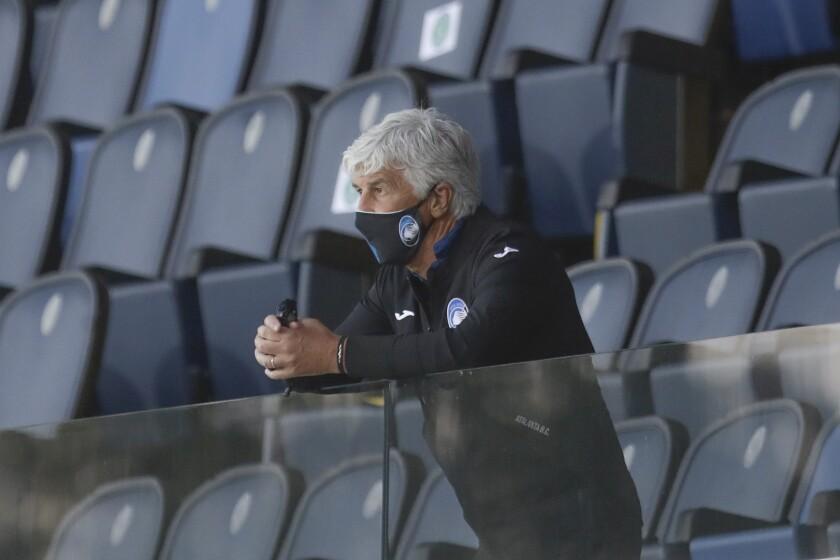 El técnico del Atalanta Gian Piero Gasperini sigue la acción desde las tribunas tras ser expulsado del partido contra Sassuolo por la Serie A en Bérgamo, Italia, el domingo 21 de junio de 2020. (AP Foto/Luca Bruno)