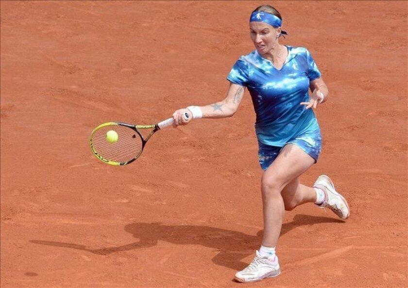La tenista rusa Svetlana Kuznetsova en acción durante el partido de cuarta ronda ante la alemana  Angelique Kerber en Roland Garros en París, Francia. EFE