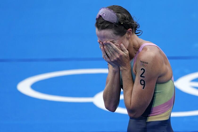 Flora Duffy de Bermuda celebra después de cruzar la meta para ganar el oro en la competencia individual de triatlón