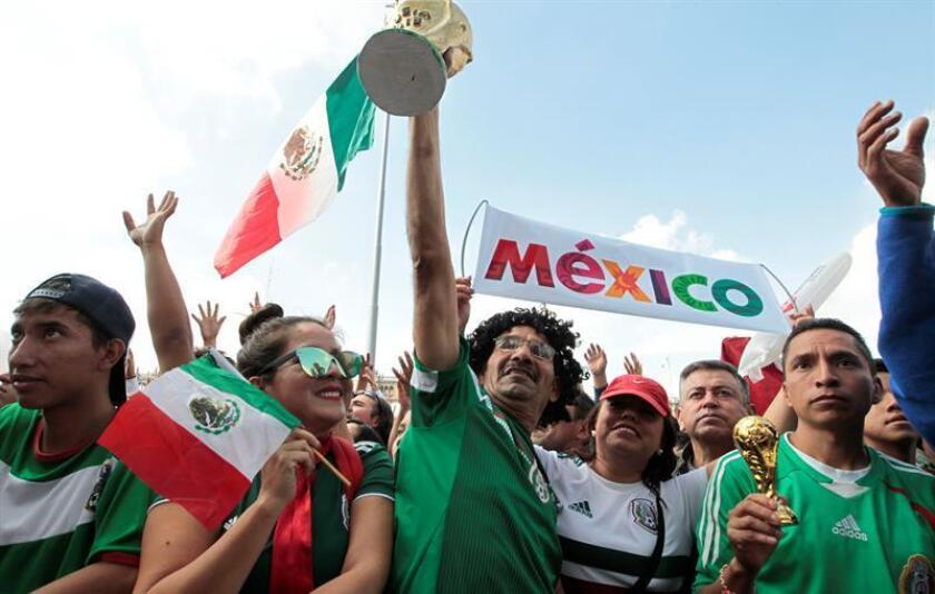 Elecciones y fútbol mantienen en vilo a millones de mexicanos que en unas horas transitarán de acudir a las urnas a apoyar a su selección cuando enfrente el lunes a Brasil en la Copa Mundial de Rusia 2018. EFE/Archivo