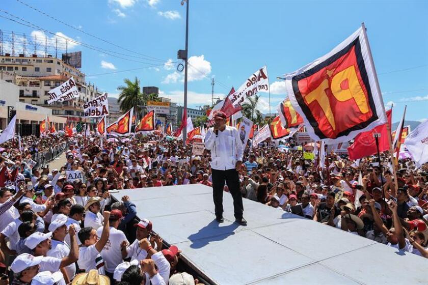 El candidato izquierdista, del Movimiento Regeneración Nacional (Morena), Andrés Manuel López Obrador, habla con los asistentes a un evento de campaña en el puerto de Acapulco, en el estado de Guerrero (México) hoy, lunes 25 de junio de 2018. EFE