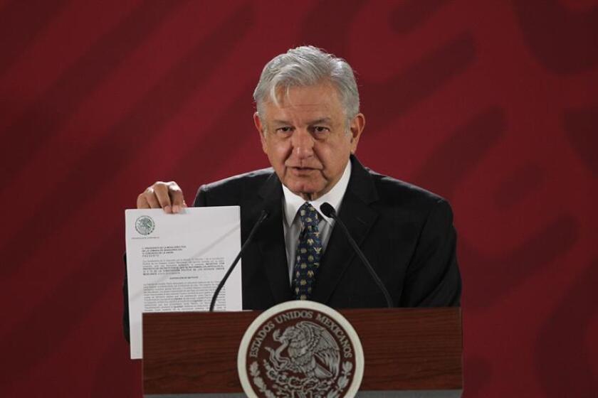 El presidente de México, Andrés Manuel López Obrador, participa hoy, durante una rueda de prensa matutina en el Salon Tesorería, en Palacio Nacional de Ciudad de México (México). EFE