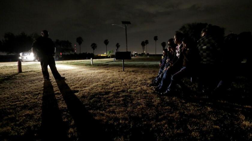 Foto de archivo de lagunos inmigrantes detenidos por la Patrulla Fronteriza en el estado de Texas. El texano Eduardo Rocha pasará el resto de su vida detrás de las rejas y deberá pagar 10 mil 481 dólares en reparaciones a las víctimas, sentenció un juez el miércoles.