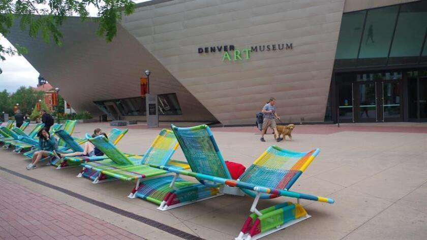 """Los diseñadores mexicanos Ignacio Cadena y Hector Esrawe son los creadores de la """"Musidora"""", una obra de arte interactivo que produce notas musicales y que fue instalada en la plaza de la entrada al Museo de Arte de Denver (DAM), con el fin de """"acortar la distancia entre la cultura y la comunidad"""". EFE/Archivo"""