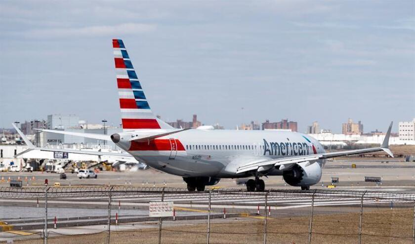 Un avión Boeing 737 MAX 8 de American Airlines se dispone a despegar en el aeropuerto de LaGuardia, ayer en Nueva York (Estados Unidos). EFE