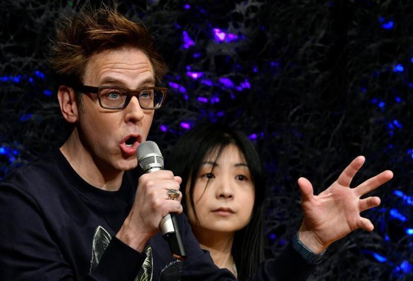 """El director de cine estadounidense James Gunn (i) ofrece una rueda de prensa para presentar """"Guardianes de la Galaxia Volumen 2"""" en Tokio (Japón), el 11 de abril de 2017. EFE/Archivo"""