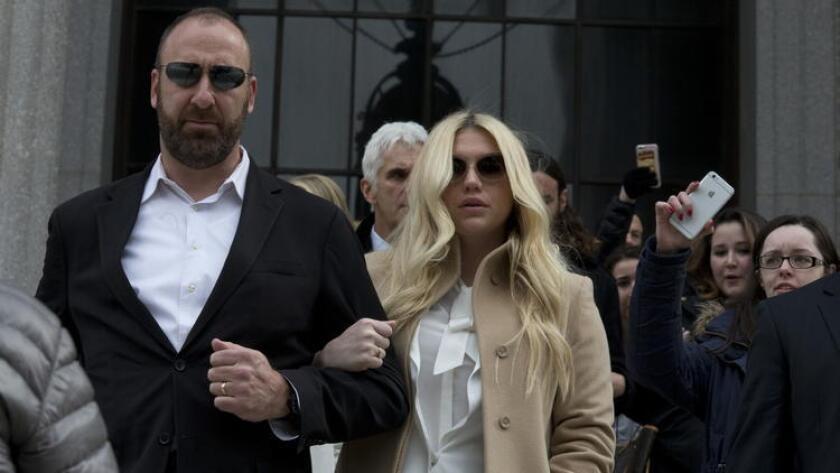 Kesha, estrella de la música pop, se aleja de la corte de Nueva York hace unos días. (Mary Altaffer / Associated Press)