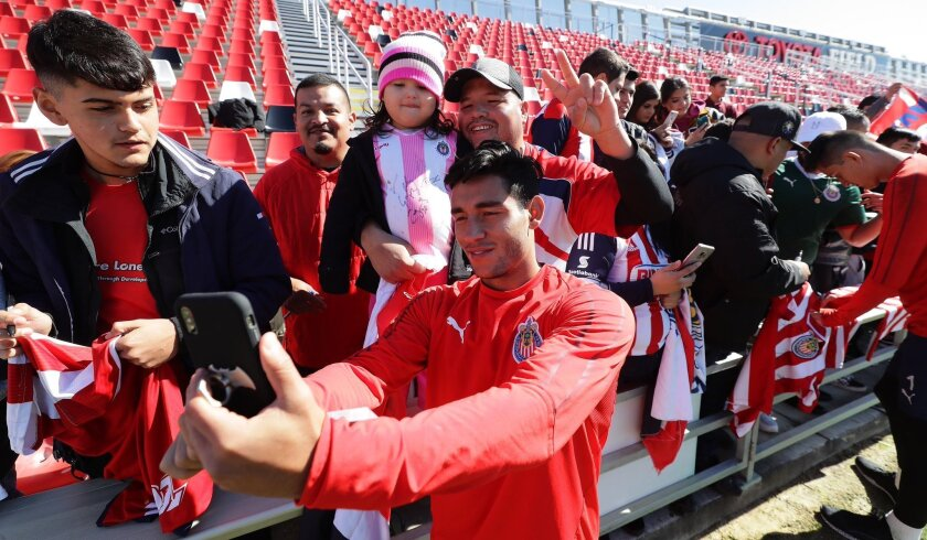 Los juveniles de Chibas atendieron a los fans del equipo en la sesión en San Antonio, Texas.