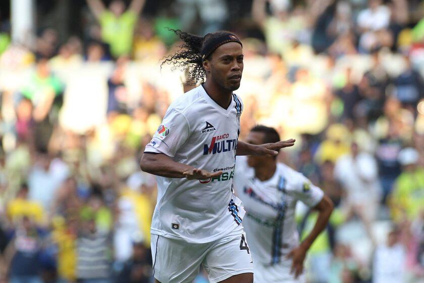 "El jugador Ronaldo de Asis ""Ronaldinho"" de Querétaro celebra una anotación ante América."