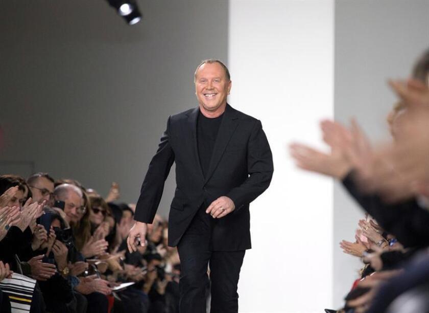 Fotografía de archivo del diseñador estadounidense Michael Kors durante la presentación de su colección en la Semana de la Moda de Nueva York, el 17 de febrero de 2016. EFE/Archivo