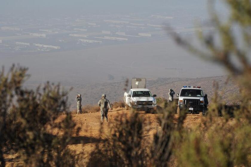 Fotografía que muestra a miembros de la Guardia Nacional de California mientras hacen guardia desde lo alto de una montaña para vigilar la frontera con México. EFE/Archivo