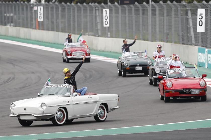 El español Carlos Sainz (frente) de Renault, Marcus Ericsson (d) de Sauber, Charles Leclerc (2-d) de Sauber, Romain Grosjean (c) de Hass y el español Fernando Alonso (atrás) de McLaren saludan hoy, domingo 28 de octubre de 2018, antes del Gran Premio de México de Formula Uno, en el Autódromo Hermanos Rodríguez, en Ciudad de México (México). EFE