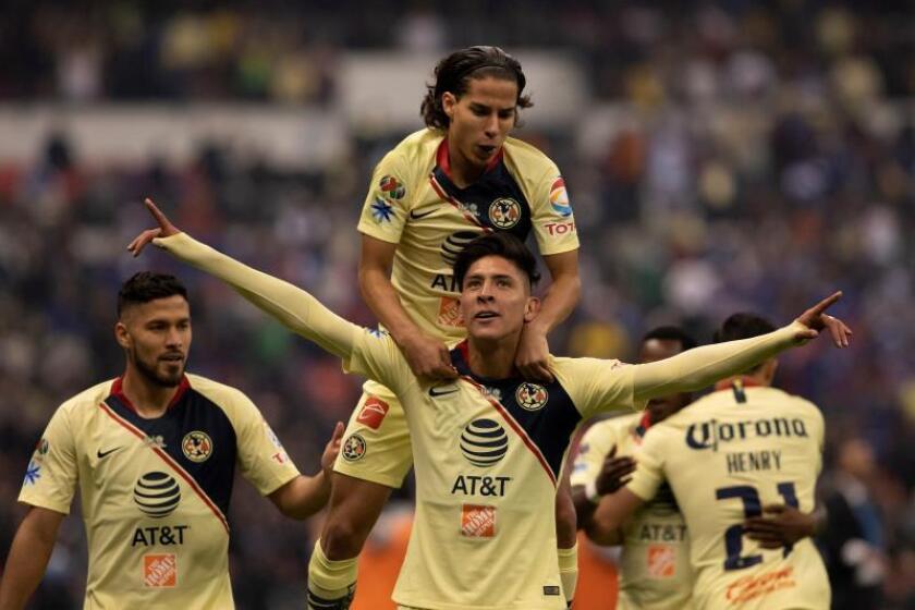 El jugador de América, Edson Álvarez (frente) y Diego Lainez (arriba) celebran una anotación ante Cruz Azul el pasado mes de diciembre. EFE/Archivo