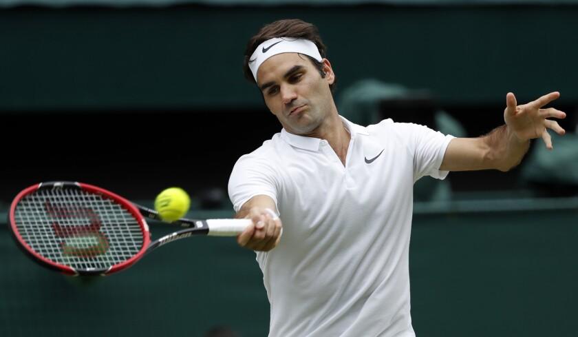 En esta foto de archivo del 8 de julio de 2016, el tenista suizo Roger Federer devuelve un tiro ante Milos Raonic en las semifinales de Wimbledon, en Londres.