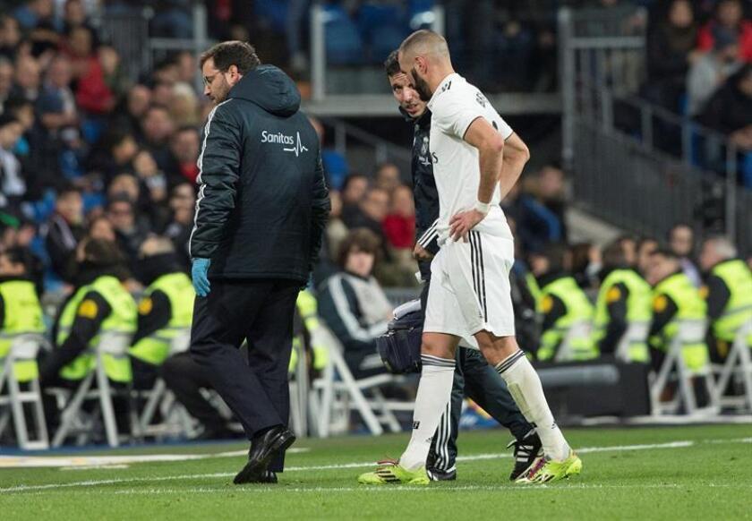 El delantero del Real Madrid Karim Benzemá (d) se retira lesionado del terreno de juego, durante el partido de Liga en Primera División ante el Rayo Vallecano que disputaron en el estadio Santiago Bernabéu, en Madrid. EFE