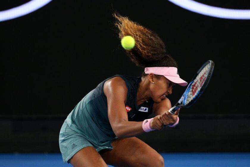 La tenista japonesa Naomi Osaka devuelve la bola a la eslovena Tamara Zidasek durante el partido que enfrentó a ambas en el Abierto de Australia que se celebra en el Rod Laver Arena en Melbourne (Australia) este jueves. EFE