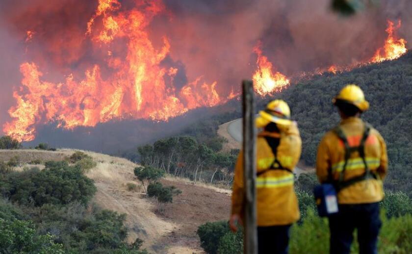 Bomberos observan la ladera de una colina en llamas en Lakeport, California (EE.UU.). EFE/Archivo