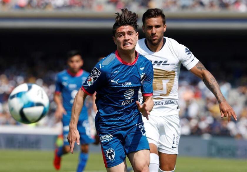 El jugador de Pumas, Pablo Jáquez (atrás), pelea por el balón con Carlos Rodríguez (frente), de Monterrey, este domingo, durante el juego correspondiente a la jornada 5 del torneo mexicano de fútbol celebrado en el estadio Olímpico Universitario en Ciudad de México (México). EFE