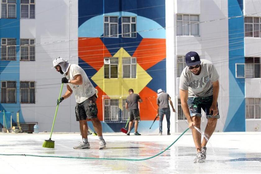 """Fotografía del día 16 de noviembre de 2017, del colectivo artístico español """"Boa Mistura"""", que realiza murales en una plaza en la ciudad de Guadalajara (México). EFE"""