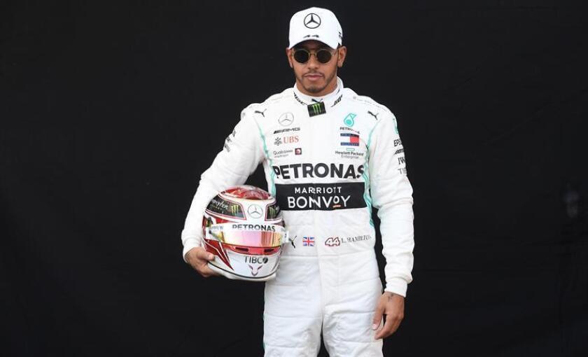 El piloto británico Lewis Hamilton de la escudería Mercedes AMG GP posa para una sesión de fotos durante el primer día del Gran Premio de Australia de Fórmula 1, este jueves, en el Circuito del Gran Premio de Albert Park en Melbourne (Australia). EFE
