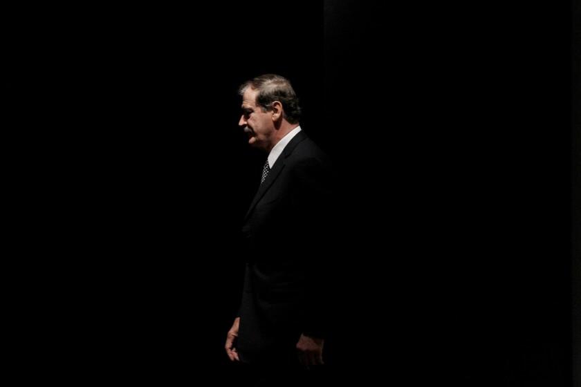 """ARCHIVO - Fotografía de archivo del 18 de octubre de 2011 muestra al ex presidente mexicano Vicente Fox caminando en el escenario para dirigir un discurso en el CATO Institute, en Washington. Mexicanos respaldaron el viernes 26 de febrero de 2016 a Fox en su altercado verbal con Donald Trump, después de que Fox calificó al precandidato presidencial republicano como """"loco"""" y un """"falso profeta"""", y Trump respondió que él debería avergonzarse por haber utilizado leguaje soez. (Foto AP/Pablo Martínez Monsiváis, archivo)"""