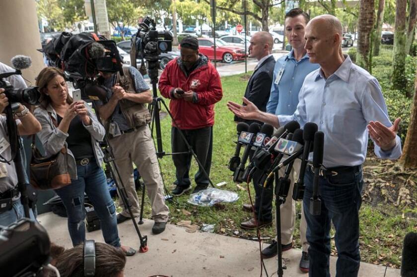 El gobernador de la Florida, Rick Scott (d), habla en conferencia de prensa hoy, sábado 7 de enero de 2017, en el Broward Health Medical Center, en donde atienden a víctimas del ataque tras el tiroteo que dejó 5 personas muertas en Fort Lauderdale (EE.UU.). EFE