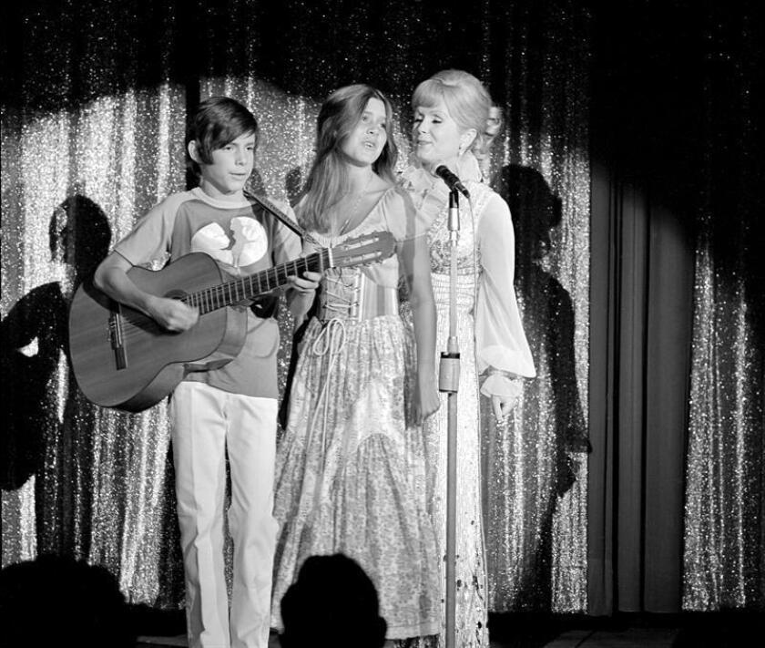 """La actriz Debbie Reynolds, famosa por su papel en """"Singin' in the Rain"""" (1952), falleció hoy en Los Ángeles (California) a los 84 años tras sufrir un derrame cerebral, según informó el medio especializado en noticias de famosos TMZ. Su muerte llega justo un día después de la de su hija Carrie Fisher, la princesa Leia de """"Star Wars"""". """"Quería estar con Carrie"""", señaló a Variety su hijo Todd Fisher. EFE/CRÉDITO OBLIGATORIO: LVNB/JIM BRRUP via european pressphoto agency/SOLO USO EDITORIAL/NO VENTAS"""